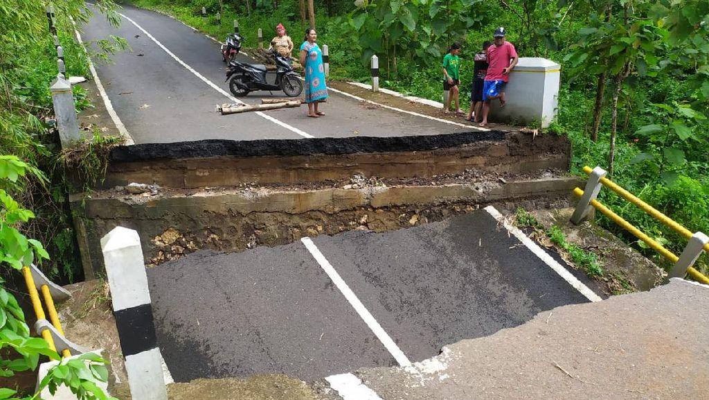 Jembatan Penghubung ke Pantai Sadeng Putus Diterjang Luapan Air