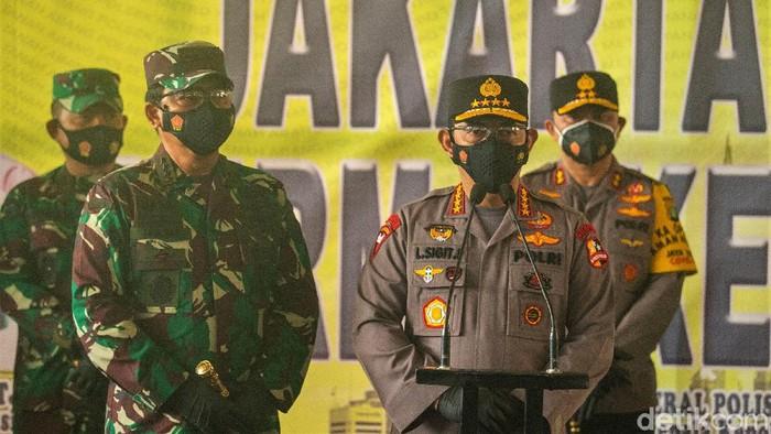 Kapolri Jenderal Listyo Sigit Prabowo-Panglima TNI Marsekal Hadi Tjahjanto kunjungi Pasar Tanah Abang. Mereka datang untuk tinjau penerapan protokol kesehatan.