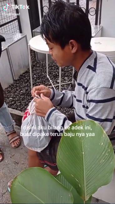Tanpa Alas Kaki, Bocah Ini Tetap Gigih Keliling Jualan Kangkung