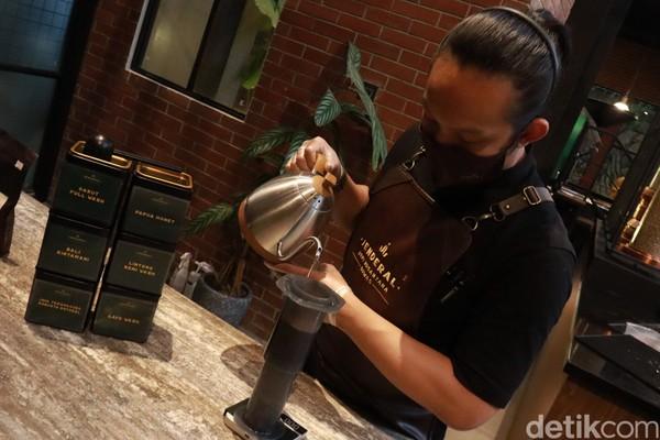 Aroma kopi yang nikmat menyeruak tiap kali barista membuat kopi.(Wisma Putera/detikcom)