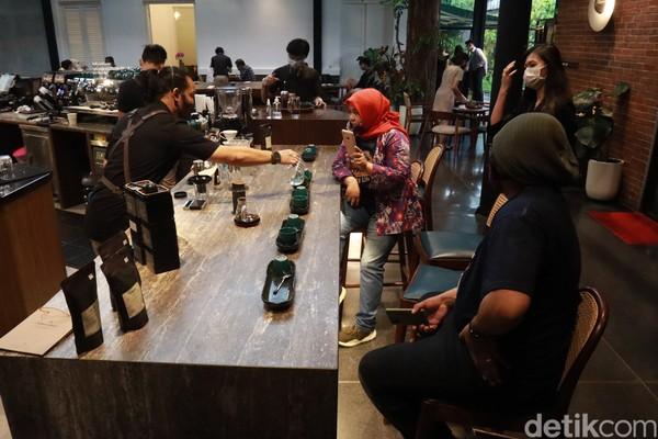 Traveler bisa ngobrol langsung dengan barista terkait pembuatan kopinya. (Wisma Putera/detikcom)