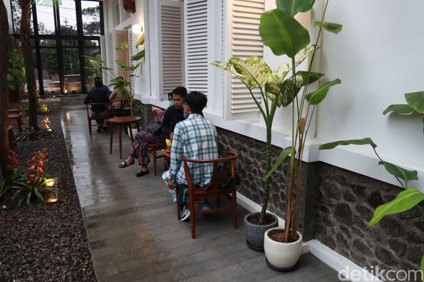 Kamu yang mau menikmati suasana Bandung bisa duduk di luar ruangan.(Wisma Putera/detikcom)