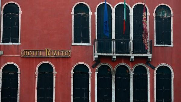 Akibatnya, kawasan Venesia yang biasanya ramai wisatawan dari berbagai negara dunia tampak sepi karena hilangnya keceriaan Karnaval Venesia.
