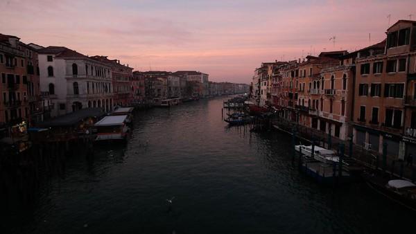 Suasana sepi menyelimuti kawasan Kanal Besar atau Grand Canal yang berada di kawasan Venesia, Italia, Sabtu (30/1) waktu setempat.