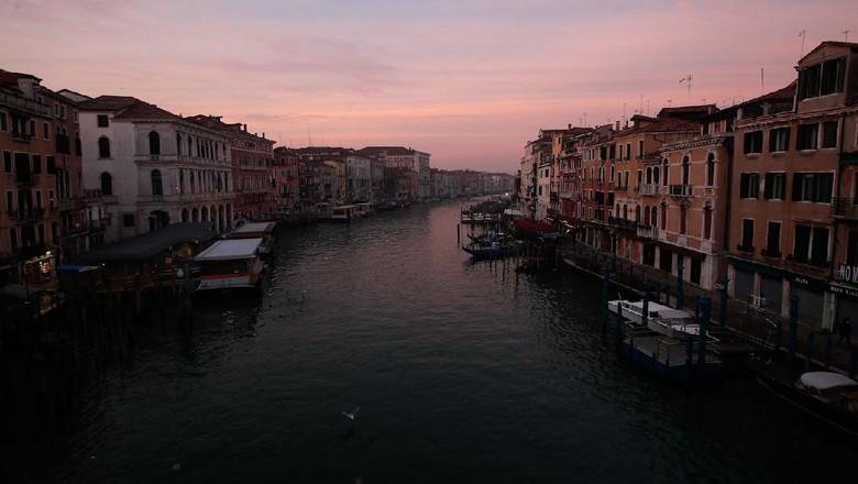 Karnaval Venesia jadi salah satu acara tahunan paling di nanti di Italia. Namun, pandemi COVID-19 membuat Venesia tampak sunyi dari kemeriahan karnaval tersebut