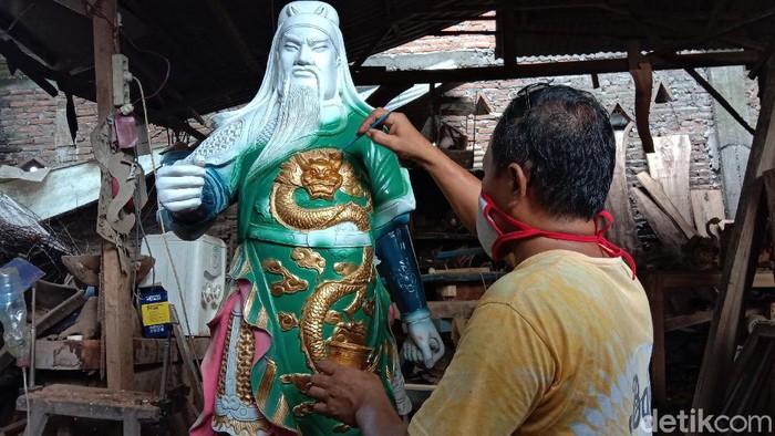 Pandemi virus Corona turut berdampak pada pemahat patung di Jepara. Salah satu pemahat mengatakan pesanan patung dewa turun meski menjelang Imlek akibat Corona.