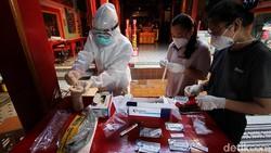 Klenteng Tien Kok Sie di Solo bersolek sambut Tahun Baru Imlek. Guna cegah penyebaran virus Corona, penerapan protokol kesehatan pun diperketat di area tersebut