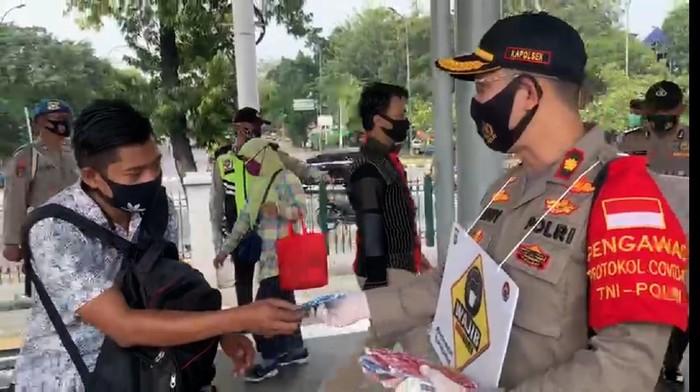 Polsek Pulogadung bagikan masker (Istimewa)