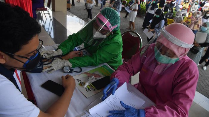 Ribuan tenaga kesehatan (nakes) menjalani vaksinasi COVID-19 di Surabaya. Ada 4 ribu lebih nakes yang disuntik vaksin COVID-19.