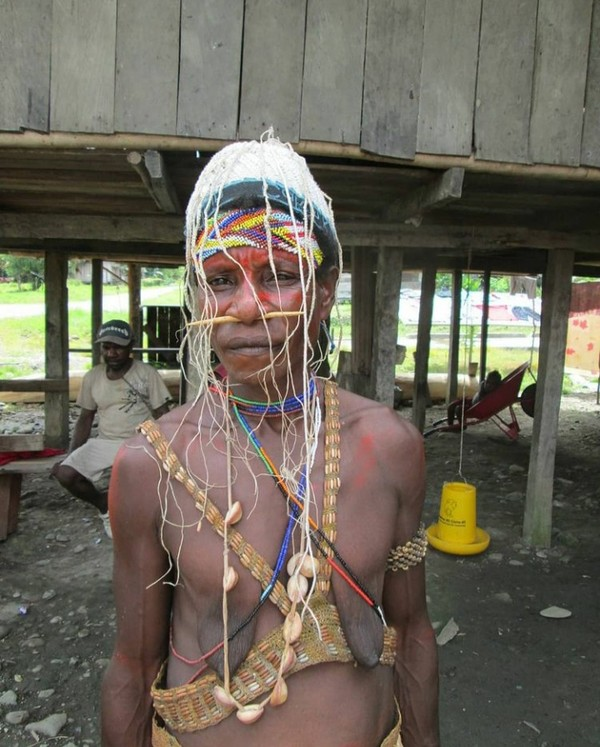Inilah pria suku Bauzi yang dikenal pemberani. Mereka gemar berburu buaya di Sungai Mamberamo yang menjadi habitat alami buaya Papua. Suku Bauzi di Mamberamo Raya terkenal sejak lama sebagai suku pemburu buaya dan ular. (Hari Suroto/Istimewa)