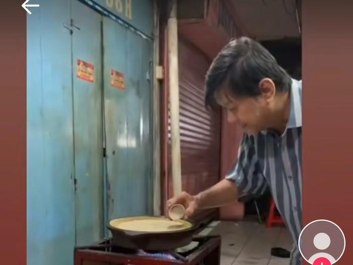Tukang Martabak Super Teliti, Tuang Adonan sampai Potong Martabak Harus Sempurna