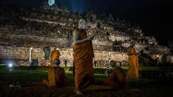 Fakta keenam, Candi Borobudur ini diperkirakan dibangun di atas danau purba. Hal itu disampaikan seniman dan arsitek Hindu Buddha W.O.J Nieuwenkamp. Menurutnya, Candi Borobudur melambangkan bunga teratai yang mengapung di atas danau. Dugaan itu diperkuat dengan bukti terendamnya bagian dasar candi pada abad ke-13 dan ke-14. Ulet Ifansasti/Getty Images