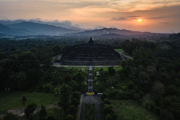 Ukuran tapak Candi Borobudur sangat luas, yakni 123 x 123 meter sedangkan tingginya 35,40 meter. Menurut filsafat Buddha, struktur tingkatan Candi Borobudur merupakan tiruan alam semesta akan roda kehidupan. (Getty Images/Ulet Ifansasti)