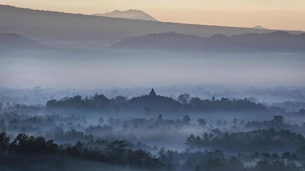 Fakta ketiga, Candi Borobudur yang megah dibangun bukan di lokasi sembarangan. Candi Borobudur diapit empat gunung yaitu Gunung Merapi, Gunung Merbabu, Gunung Sindoro, dan Gunung Sindoro. Selain itu ada dua aliran sungai yang juga mengelilinginya yakni Sungai Elo dan Sungai Progo. Di samping itu, posisi Candi Borobudur rupanya berada di satu garis lurus dengan Candi Pawon dan Candi Mendut. Ketiganya memang menjadi satu kesatuan dan sama-sama merupakan candi bercorak Buddha Mahayana. Getty Images/Ulet Ifansasti