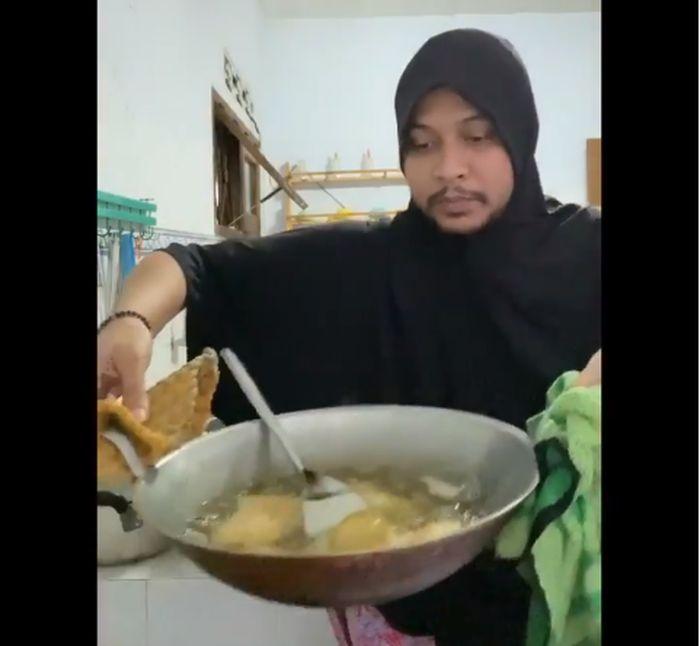 Gaya Kocak Abdul Kadir, Saat jadi Emak-emak yang Hobi Masak