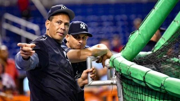 MIAMI, FL - AUGUST 22: Alex Rodriguez speaks with Aaron Boone #17 of the New York Yankees during batting practice before the game against the Miami Marlins at Marlins Park on August 22, 2018 in Miami, Florida.   Mark Brown/Getty Images/AFP