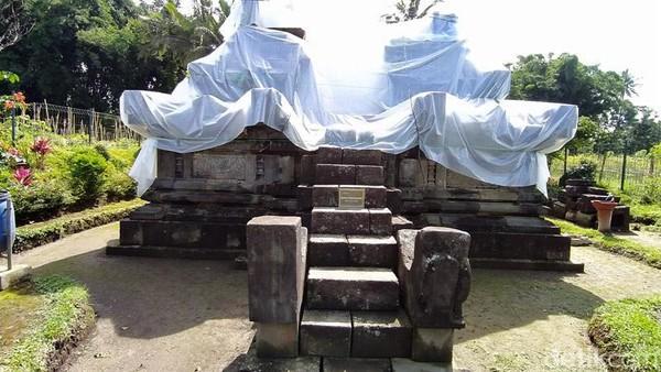 Penutupan candi dengan plastik tersebut untuk mengantisipasi terjadinya hujan abu dari Gunung Merapi.