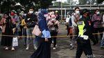 Antrean Panjang Penumpang KRL di Stasiun Bekasi