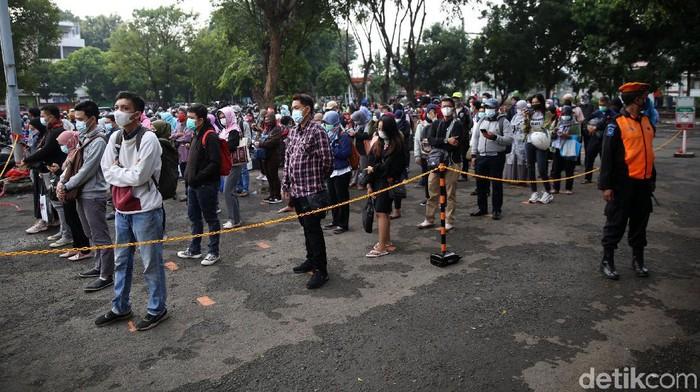 Sejumlah calon penumpang berjalan menuju pintu masuk Stasiun Bekasi, Jawa Barat, Senin (1/2/2021). Antrean penumpang KRL Commuter Line tersebut terjadi akibat kebijakan pembatasan jumlah penumpang di setiap rangkaian kereta untuk mencegah penyebaran wabah COVID-19.