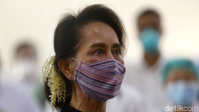 Myanmar leader Aung San Suu Kyi watches the vaccination of health workers at hospital Wednesday, Jan. 27, 2021, in Naypyitaw, Myanmar. Health workers in Myanmar on Wednesday became the countrys first people to get vaccinated against COVID-19, just five days after the first vaccine supply was delivered from India. (AP Photo/Aung Shine Oo)