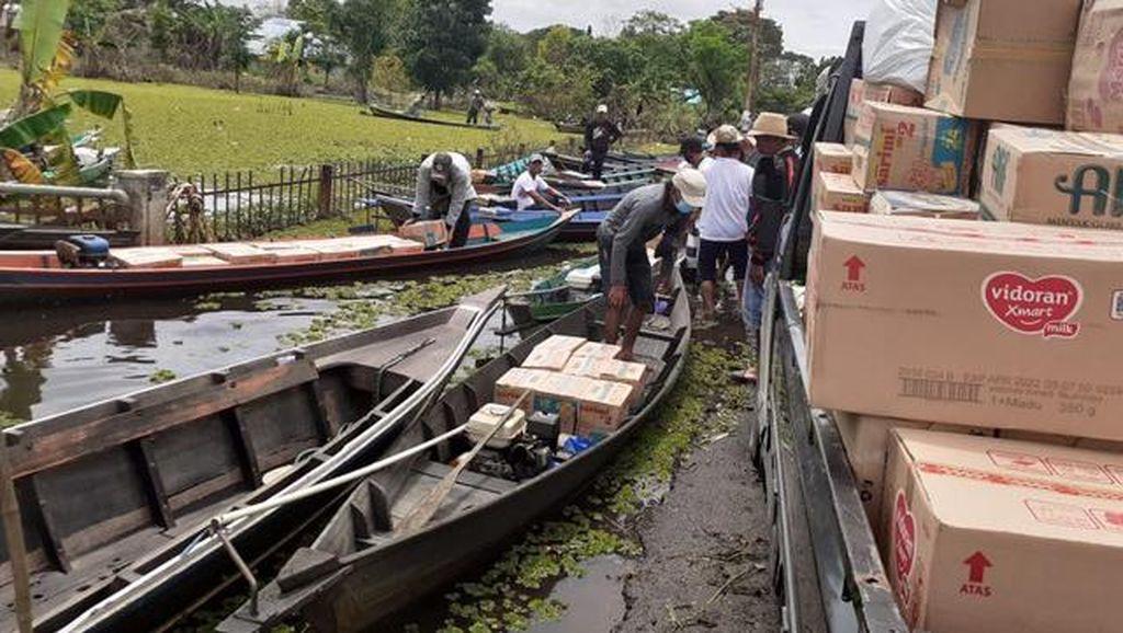 Bantuan Korban Banjir Kalsel Disalurkan Lewat Sampan