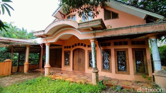 Suasana hening begitu terasa ketika memasuki sebuah dusun bernama Tarikolot di Majalengka. Ratusan rumah disana terbengkalai karena ditinggal penghuninya.