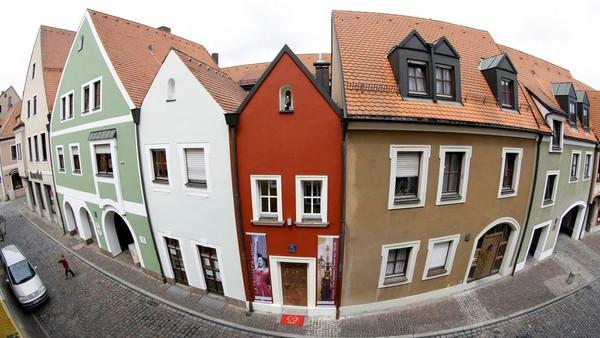Memiliki luas 53 dan lebar 2,5 meter, diAmberg, Jerman kerap disebut sebagai hotel terkecil di dunia. Secara harfiah, namanya dapat diterjemahkan sebagai rumah pernikahan dalam bahasa Jerman(Reuters)