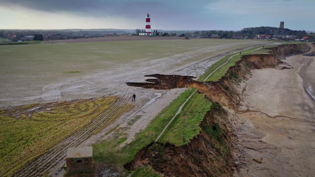 Erosi di Pantai Norfolk Inggris Makin Mengganas