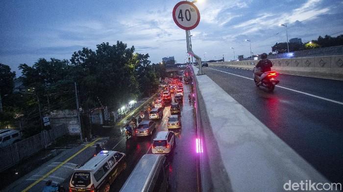 Hari kedua uji coba  Flyover Tapal Kuda di wilayah Lenteng Agung maupun Tanjung Barat, Jakarta Selatan dinilai belum efektif mengurai kemacetan.