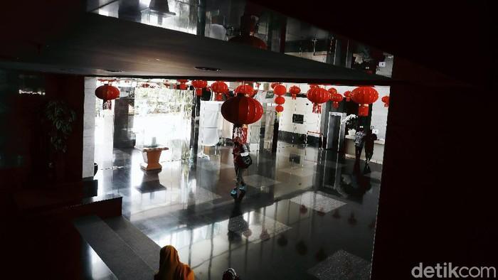Jelang perayaan Tahun Baru China atau Imlek yang jatuh pada 12 Februari 2021, Kantor Kementerian Agama (Kemenag) Republik Indonesia bersolek dengan menghiasi lampu lampion dan pohon keberuntungan.