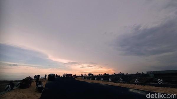 Lokasi ini menjadi ramai karena pemandangannya yang indah. Posisinya yang cukup tinggi dari pantai, membuat background sunset jelas terlihat.
