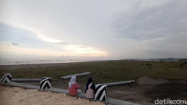 Beberapa wisatawan pun dibuat terbuai oleh pemandangan sunset cantik di sini. Di tempat ini kita bisa dengan mudah mendapat latar langit jingga.