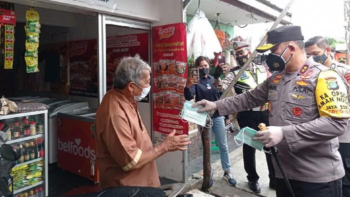 Kapolda Metro Jaya Irjen Fadil Imran bagi-bagi masker di pasar kaget Pancoran