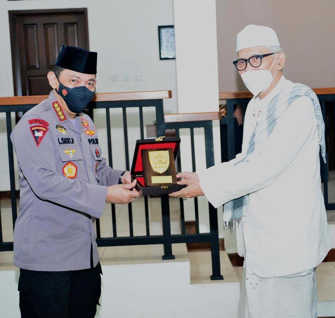 Kapolri Jenderal Listyo Sigit Prabowo melakukan kunjungan ke kediaman Ketua Umum Majelis Ulama Indonesia (MUI) K.H. Miftachul Akhyar