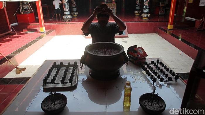 Pengurus membersihkan tempat peribadatan di Klenteng Poncowinatan, Yogyakarta, Senin (1/2/2021). Pengurus Klenteng Poncowinatan mulai melakukan persiapan jelang hari raya Tahun Baru Imlek 2572.