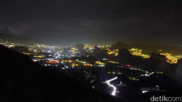 Tak hanya dari ketinggian saja pemandangan lampu-lampu ini bisa disaksikan. Jika traveler berkendara dari arah Makassar menuju Tana Toraja anda bisa melihat panorama lampu-lampu ini saat memasuki daerah lamba-doko sebelum memasuki pasar Cakke hingga mendekati pasar Sudu di Kecamatan Alla.