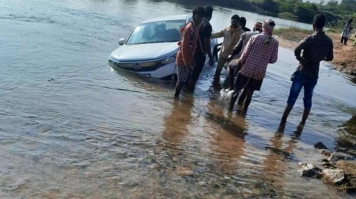 Mobil nyemplung ke kolam
