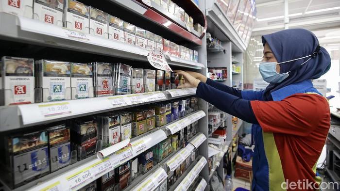 Harga rokok akan berubah seiring kenaikan cukai hasil tembakau (CHT) atau cukai rokok, yang rata-rata 12,5% mulai hari ini, Senin (1/2/2021).