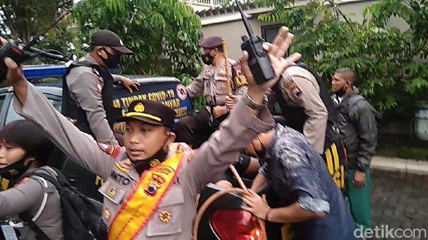 Pelaku saat diamankan polisi, Karanganyar, Senin (1/2/2021).