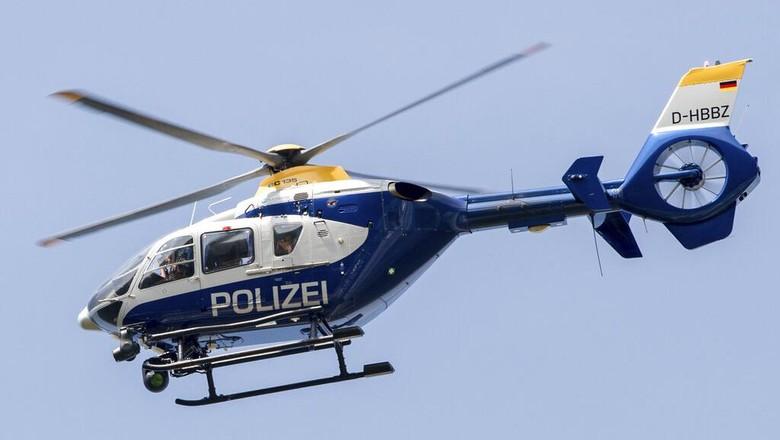Kepolisian Jerman menangkap seornag pria yang mengaku sebagai petugas bandara. (Patrick Pleul/dpa via AP)