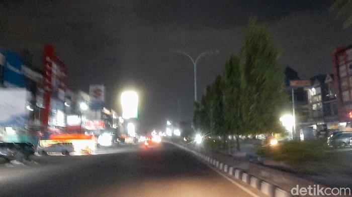 Jalan di Pekanbaru, Riau, tadi malam gelap. Pemadaman listrik akibat Pemkot Pekanbaru diduga tak membayar tagihan listrik