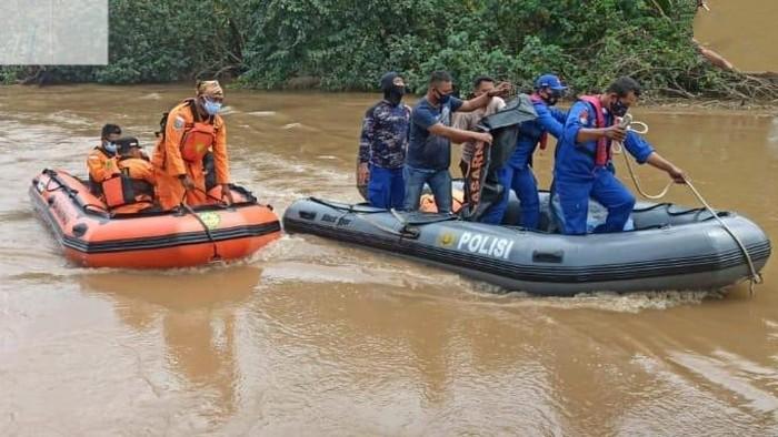 Seorang pria di Gresik tercebur sungai dengan motornya. Tim SAR gabungan sudah menemukan korban namun dalam kondisi tewas.