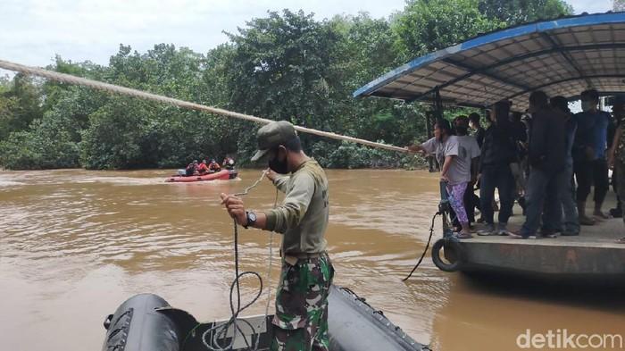 Seorang pria di Driyorejo, Gresik tercebur sungai dengan motornya. Hingga saat ini, pencarian masih dilakukan.