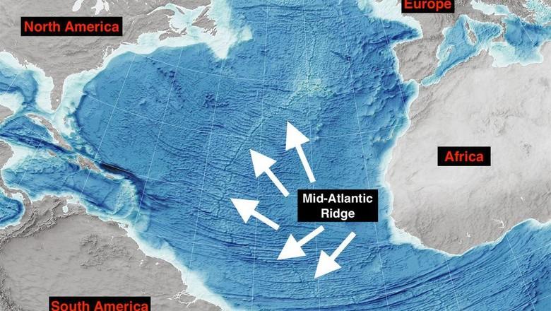 Ilustrasi pergerakan lempengan di bawah Samudera Atlantik.