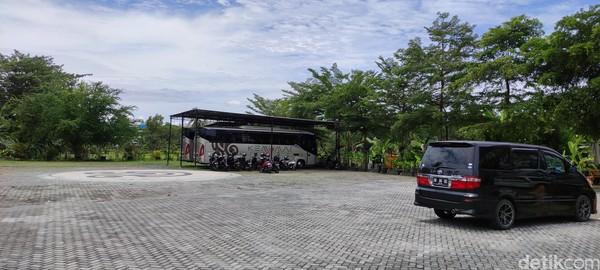 Keadaan tempat parkir di depan toko suvenir Sasaku Lombok kosong melompong. Biasanya, begitu banyak mobil van-bus pariwisata yang keluar masuk Sasaku Lombok.