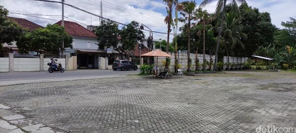Pos jaga di depan Sasaku Lombok.