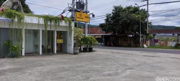 Bagian depan Sasaku Lombok. Area ATM dan parkir motor.Panas agak menyengat menyelimuti pelataran parkir di toko suvenir Sasaku, Lombok. Pusat oleh-oleh ini masih buka meski begitu sepi.