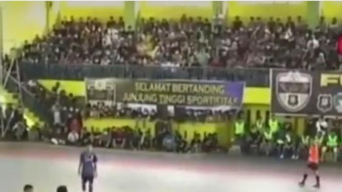 Screenshot viral pertandingan futsal dipenuhi penonton di Sumut (dok. Istimewa)
