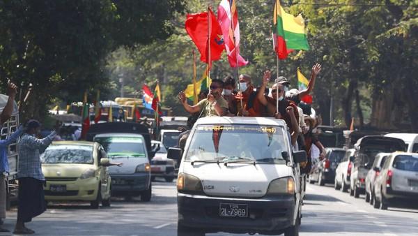 Seperti dilansir Reuters, Senin (1/2/2021), militer Myanmar dalam pernyataan via televisi miliknya, Myawaddy Television, mengumumkan pihaknya mengambil alih kekuasaan dan menetapkan masa darurat selama satu tahun ke depan. Militer juga mengumumkan bahwa kekuasaan telah diserahkan kepada Jenderal Min Aung Hlaing sebagai Panglima Militer Myanmar. AP Photo/Thein Zaw