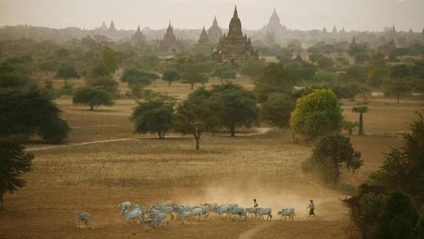 Dari sisi pariwisata, dulu negara ini Burma dan sekarang menjadi Myanmar. Myanmar sempat bergerilya untuk mengembangkan pariwisatanya. Getty Images/Paula Bronstein